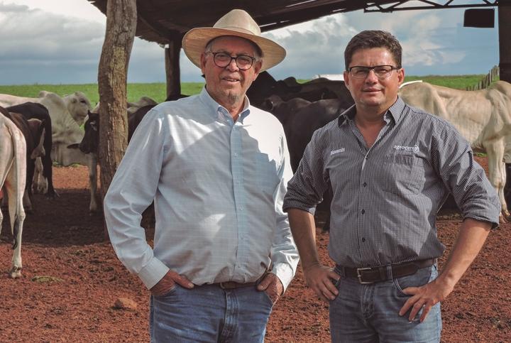 Jorge Schinoca ao lado de Neimar Urzedo, da Agroceres. Imagem que pertence ao artigo com foco em recria de bovinos