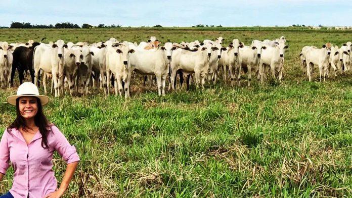 Foto da proprietária Carolina em sua propriedade - imagem pertencente ao artigo com tema principal sobre recria intensiva a pasto